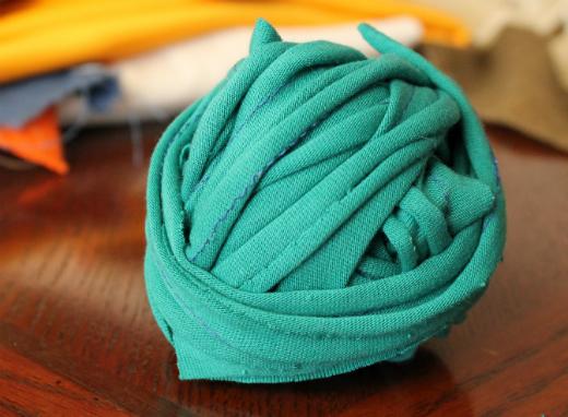 Cómo hacer trapillo reciclada para tejer | Corriendo con Tijeras
