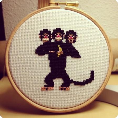 mono de tres cabezas bordado en punto de cruz