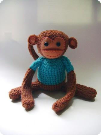 mono amigurumi con detalle de fieltro