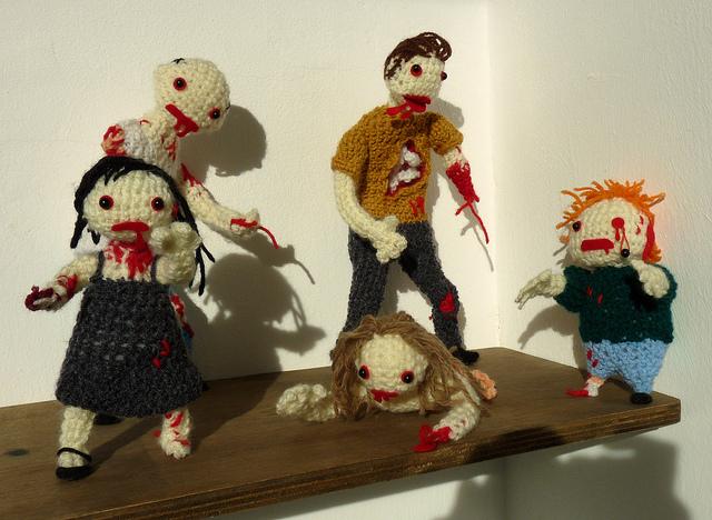 Horda de zombies amigurumi con detalles bordados